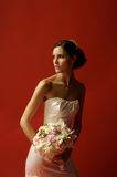 Frauen im Hochzeits-Kleidholdingblumenstrauß der Blumen Stockfoto