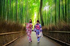 Frauen im Kimono am Bambuswald von Arashiyama stockbild