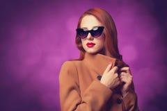 Frauen im Mantel lizenzfreie stockbilder