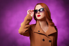 Frauen im Mantel stockbilder