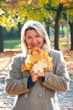 Frauen im Park lizenzfreie stockbilder