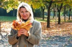 Frauen im Park lizenzfreie stockfotografie