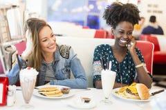 Frauen im Restaurant stockbild