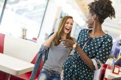Frauen im Restaurant lizenzfreie stockfotografie