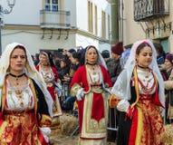 Frauen im sardinischen Kostüm reiten in Oristano während des Festivals stockbild