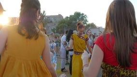 Frauen im Sari tanzen zum Religionsfestival, Gruppe der Frau in der indischen Kleidung haben Spaß auf Freilicht, weibliches Tanze stock video footage