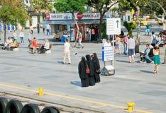 Frauen im schwarzen islamischen Kleid, das Gruppenfoto macht Lizenzfreies Stockfoto