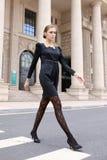 Frauen im schwarzen Kleidaufwecken Stockbild