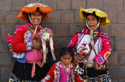 Frauen im Trachtenkleid in der Piazza Cusco Peru stockbild