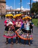 Frauen im Trachtenkleid in der Piazza Cusco Peru lizenzfreie stockfotografie