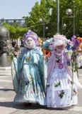 Frauen im venetianischen Kostümvorführen Stockfoto