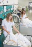 Frauen im Wäscheraum Stockbild