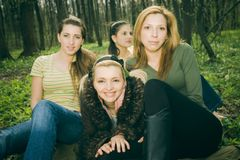 Frauen im Wald Lizenzfreie Stockfotos