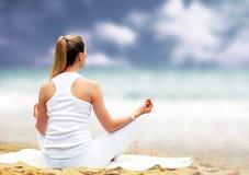 Frauen im Weiß - Entspannung Lizenzfreies Stockfoto