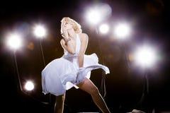 Frauen im weißen Kleid Stockfotografie