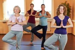 Frauen im Yoga kursieren in der Eignung stockfotografie