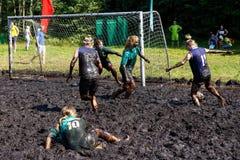 Frauen kämpfen um den Ball in der offenen belarussischen Meisterschaft auf Sumpffußball Lizenzfreies Stockfoto