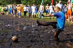Frauen kämpfen um den Ball in der offenen belarussischen Meisterschaft auf Sumpffußball Lizenzfreie Stockfotografie