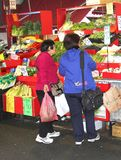 Frauen kaufen Gemüse an der historischen Königin Victoria Market, Melbourne, Australien Lizenzfreie Stockfotografie