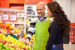 Frauen-kaufende Lebensmittelgeschäfte Stockbild