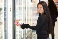 Frauen-kaufender Joghurt Lizenzfreies Stockfoto