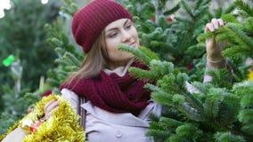Frauen-kaufender Weihnachtsbaum stock video footage