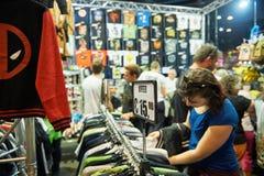 Frauen-kaufendes T-Shirt Lizenzfreies Stockfoto