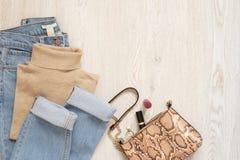 Frauen-Kleidungs-Collage Mode Blogger-Betriebsmittel Fahrwerkbeine und Frauenbeutel auf weißem Hintergrund Mode-gesetzte Ausstatt stockbilder