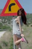 Frauen Kleidungs-Haltungsfront der Abnutzung der hinteren Ansicht in der heißen einer Verkehrszeichengefahr drehen sich stockbilder