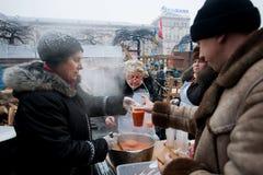 Frauen kochen den traditionellen Borschtsch im Freien lizenzfreies stockfoto