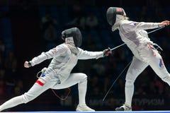 Frauen konkurrieren in der Meisterschaft der Welt beim Fechten Lizenzfreie Stockbilder