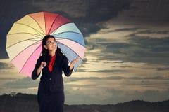 Frauen-Kontrolle wenn der Regen-Halt Stockfotos