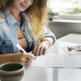 Frauen-lächelndes Schreibens-Buchstabe-Konzept lizenzfreies stockfoto