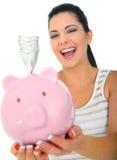 Frauen-lachendes Holding-Geld stockfotografie
