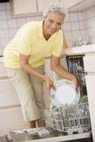 Frauen-Laden-Spülmaschine Lizenzfreies Stockfoto