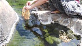 Frauen lassen Eier onsen stock video footage