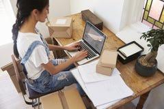Frauen-laufendes Geschäft von der Hauptfunktion auf Laptop Lizenzfreie Stockbilder