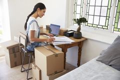 Frauen-laufendes Geschäft von der Hauptfunktion auf Laptop Stockfoto