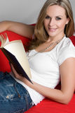 Frauen-Lesebuch lizenzfreies stockfoto