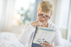 Frauen-Lesebuch im Schlafzimmer Lizenzfreies Stockbild