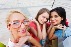 Frauen-Liebes-Einkaufen lizenzfreies stockfoto
