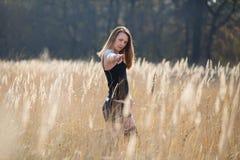 Frauen-Mädchen in der Feld-Land-Schönheit Lizenzfreies Stockbild