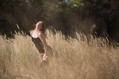 Frauen-Mädchen in der Feld-Land-Schönheit Stockbild