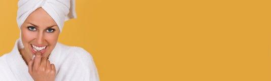 Frauen-Mädchen in der Robe am Gesundheits-und Schönheits-Badekurort lizenzfreie stockfotos
