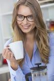 Frauen-Mädchen-tragende Gläser, die Tee oder Kaffee trinken Lizenzfreie Stockbilder