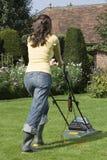 Frauen-mähender Rasen Stockbild