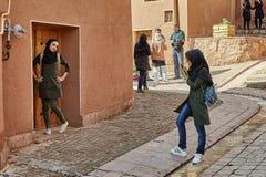 Frauen machen Foto im Bergdorf, Abyaneh, der Iran Stockfotos
