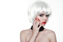 Frauen-Make-up und Polnischnägel. Rote Lippen und manikürte Hände. Fas Stockbild