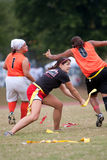 Frauen-Markierungsfahnen-Fußball-Spieler übt Technik Stockfoto