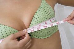 Frauen-messende Brüste Lizenzfreie Stockfotografie